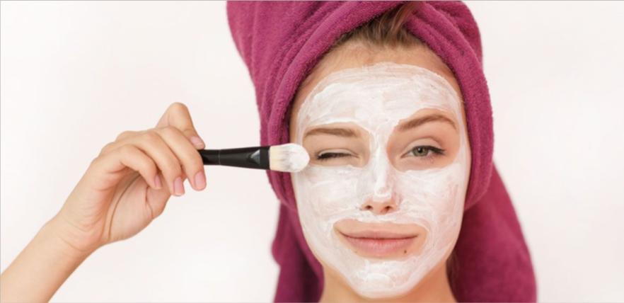 تنظيف الوجه باستخدام الزبادي