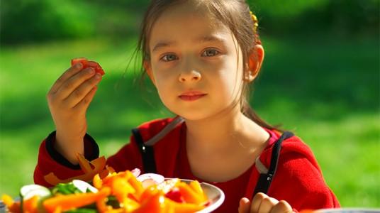 كيف يمكننا تشجيع الأطفال على تناول الخضروات؟