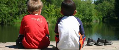 احرص على أن يكون لدى طفلك أصدقاء، ومن المهم أن يشعر بالإنجاز