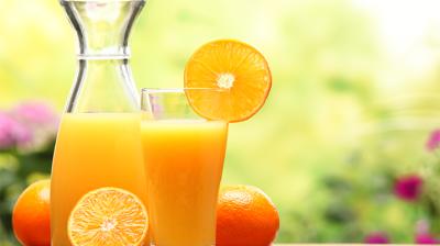 تناول قدح عصير حمضيات طبيعي