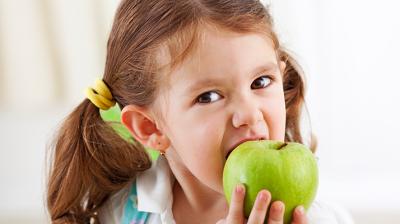 ما حقيقة أهميّة الأسنان اللّبنية عند طفلي؟