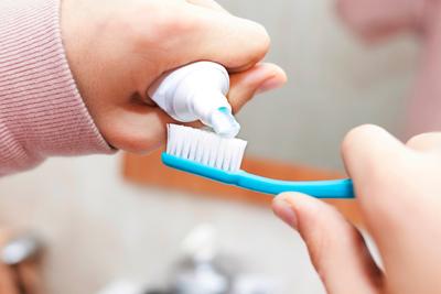 معاجين الأسنان الخالية من الفلورايد: مع أم ضد؟