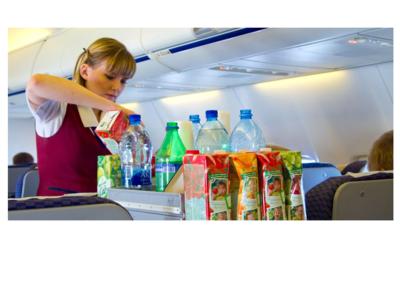 لماذا يخشى البعض تناول الطعام أو الشراب على متن الطائرة؟