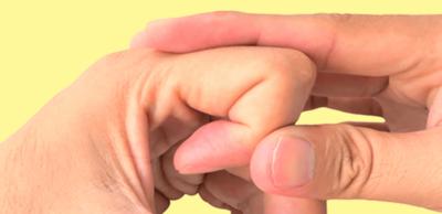 مخاطر فرقعة الأصابع وكيفية التغلب عليها