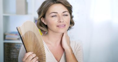 التداعيات الصحية والنفسية للهبات الساخنة التي تصيب النساء