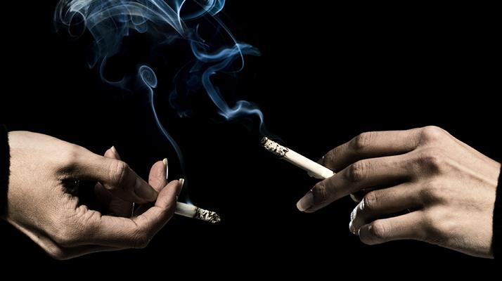 هل يرتبط التدخين والتدخين السلبي بالعقم وانقطاع الطمث المبكر؟