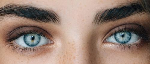 اصحاب العيون الزرقاء هل لهم اصول مشتركة