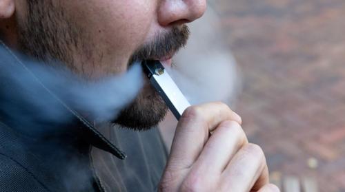 تحذير طبيب سعودي من خطر السجائر الإلكترونية بعد ارتفاع عدد الوفيات إلى نحو 12  وحظرها في واحد من أكبر أسواقها عالمياً