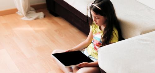 هل يتسبب  استخدام الأجهزة الذكية في الإصابة  بقصر النظر لدى الأطفال؟