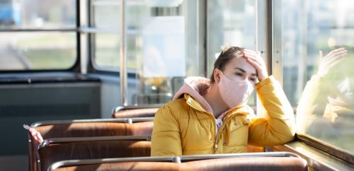 مركز السيطرة على الأمراض يشدد على ارتداء الكمامة في وسائل النقل