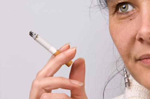 التدخين مرتبط بالآلام المزمنة لدى النساء