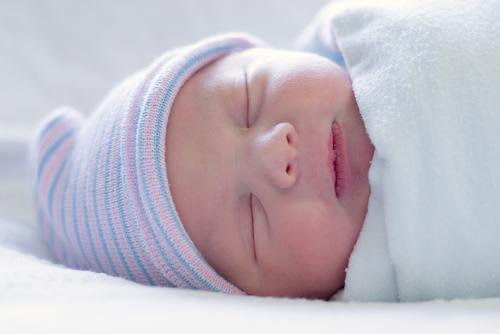 لف حديثي الولادة بشدة قد يسبب مشاكل في الورك