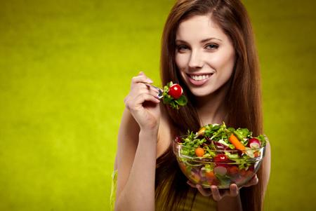 تناول الخضار والفاكهة قد يساعد في الإقلاع عن التدخين