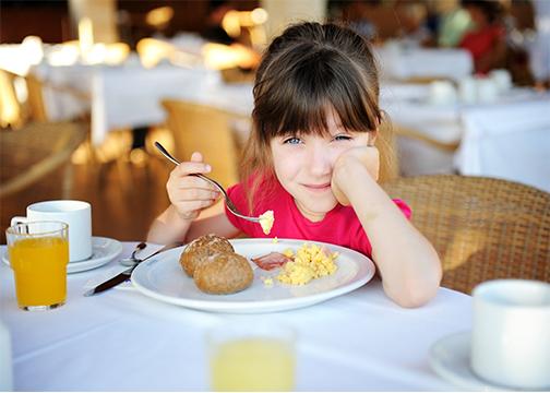 طريقة جديدة لجعل طفلك يتصرف كملاك على طاولة الطعام