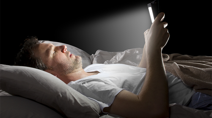 علاقة الشاشات الإلكترونية وصحة العظام