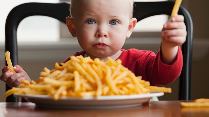 خطر الوجبات السريعة على صحة الأطفال
