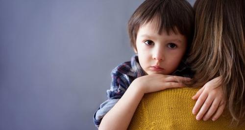 علاج ودعم الاطفال المصابين بالقلق