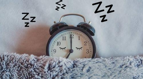 النوم لساعات أطول في عطلة نهاية الأسبوع لا يعوض عن السهر والإرهاق في باقي أيام الأسبوع