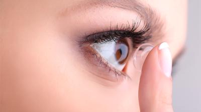 صنعت العدسات اللاصقة بالأصل لعلاج عيوب البصر التي...