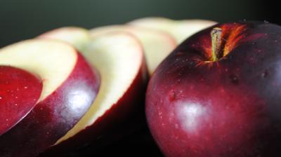 تحتوى بذور التفاح على مركبات السيانيد السامة ولكن...