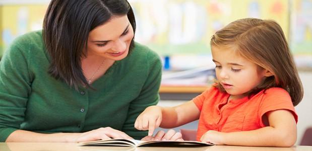 كيف تبنين أساسًا قويًا لطفلك في القراءة والكتابة؟