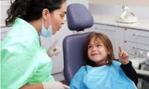 أطباء الأسنان يساعدون في الوقاية من أمراض الأسنان عند الأطفال