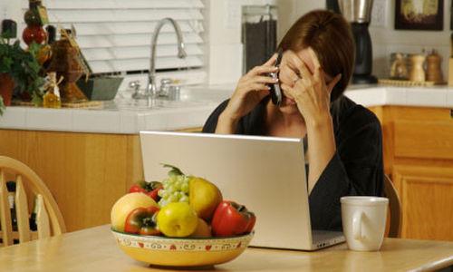 لماذا تشعر النساء بالذنب عند أخذ الأعمال إلى البيت لاستكمالها ؟