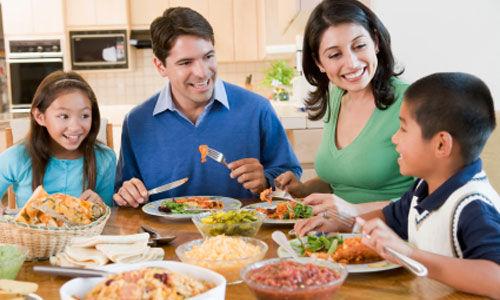 عشاء العائلة يساعد على الحفاظ على صحة الأطفال ..