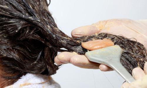 امرأة دخلت غيبوبة بعد صبغ شعرها