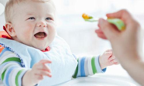 دراسة : تناول الطفل الاغذية الصلبة يقلل تعرضه للسمنة