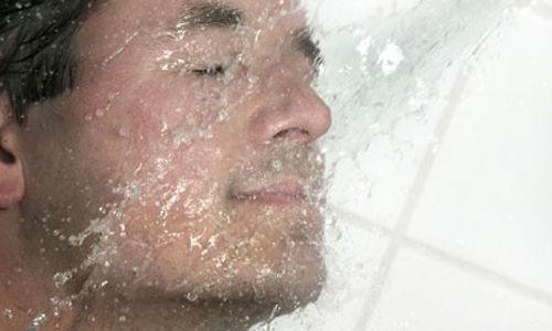 الاستحمام  بالماء البارد قد يخفف الآلام ولكن المخاطر غير معروفة