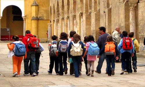 حقائب الظهر الثقيلة تسبب آلام الظهر للأطفال