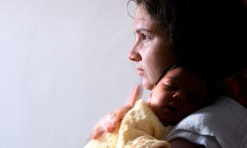 اكتئاب الام يعيق نوم الطفل
