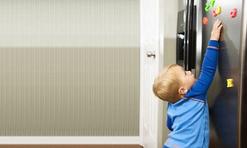 لعب الاطفال بالمغناطيس يشكل خطر على حياتهم
