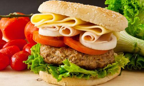 مُشاهدة صور الأطعمة الغنية بالسُعرات الحرارية يُحفز الشهية