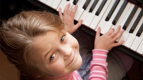 أثر تعلّم عزف الآلات الموسيقية على دماغ الأطفال