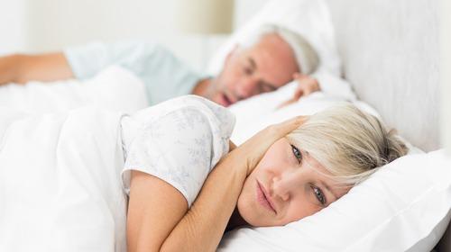 هل تُعاني من الشخير وانقطاع النفس أثناء النوم؟