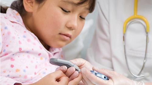 الطفل المصاب بالسكري.. كيف يتعايش مع المرض؟