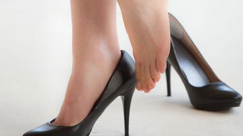 كيف يمكن ان تريح قدميك بعد ارتداء الاحذية؟