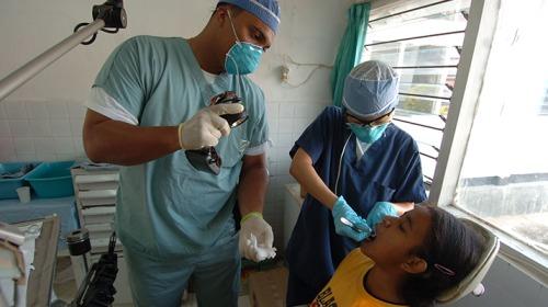 ما الذي يزيد من مخاطر تسوس الأسنان عند الأطفال؟