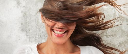 كيف تحمي شعرك صيفاً؛ من الشمس والكلور والماء المالح؟