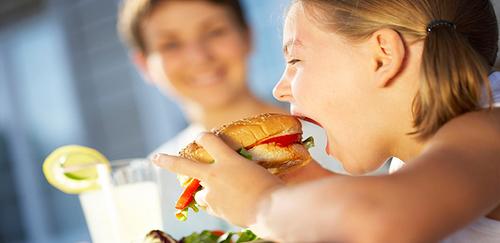 لماذا عليك أن تسمح لأطفالك بتناول الطعام السيء؟