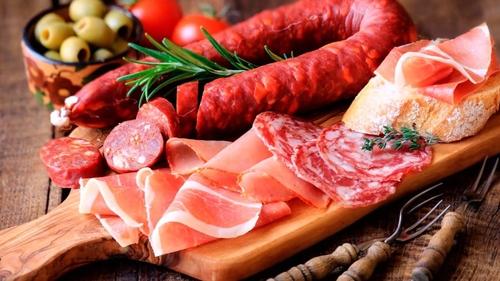 هل يرتبط تناول اللحوم المصنعة بسرطان الثدي؟