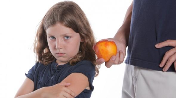 عشرة أسباب تجعل طفلك انتقائيا في طعامه