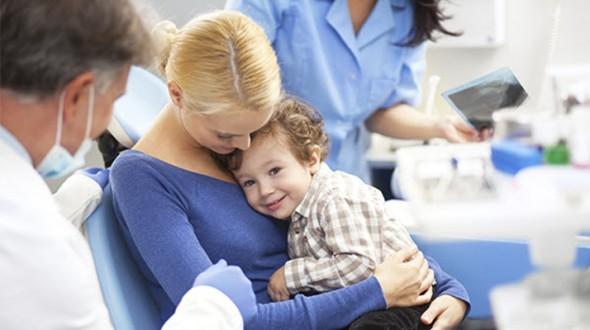 كيف تتغلبين على خوف طفلك من عيادة طب الأسنان؟